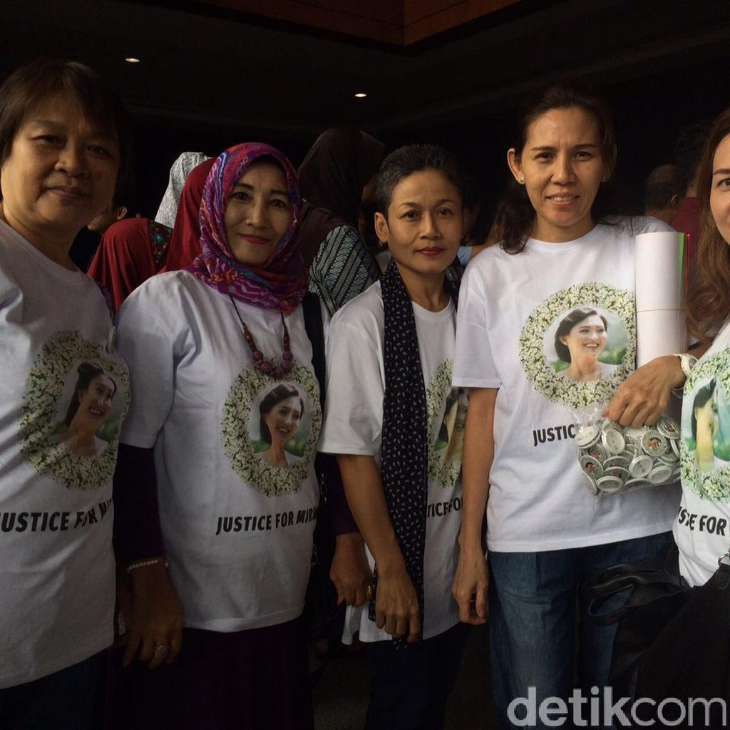 Hadiri Vonis Jessica, Keluarga Mirna Kompak Kenakan Kaos Justice For Mirna
