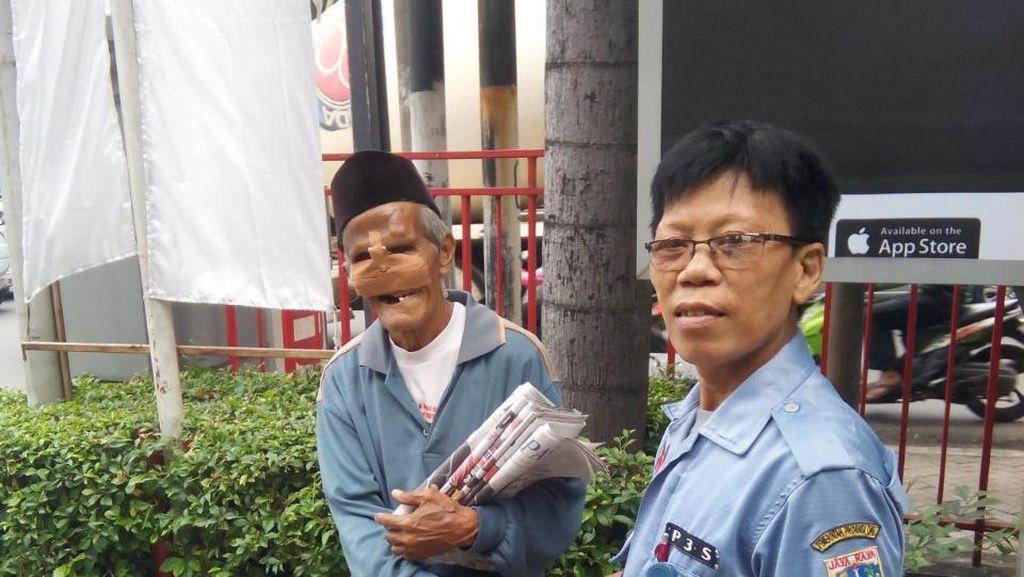 Kakek Penjual Koran Ditemui Dinsos DKI, Tolak Pindah ke Panti Jompo