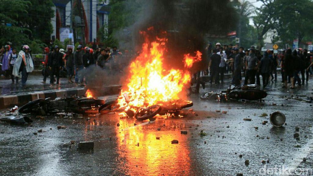 Demo Sumpah Pemuda di Makassar Berujung Bentrok, 6 Motor Polisi Dibakar