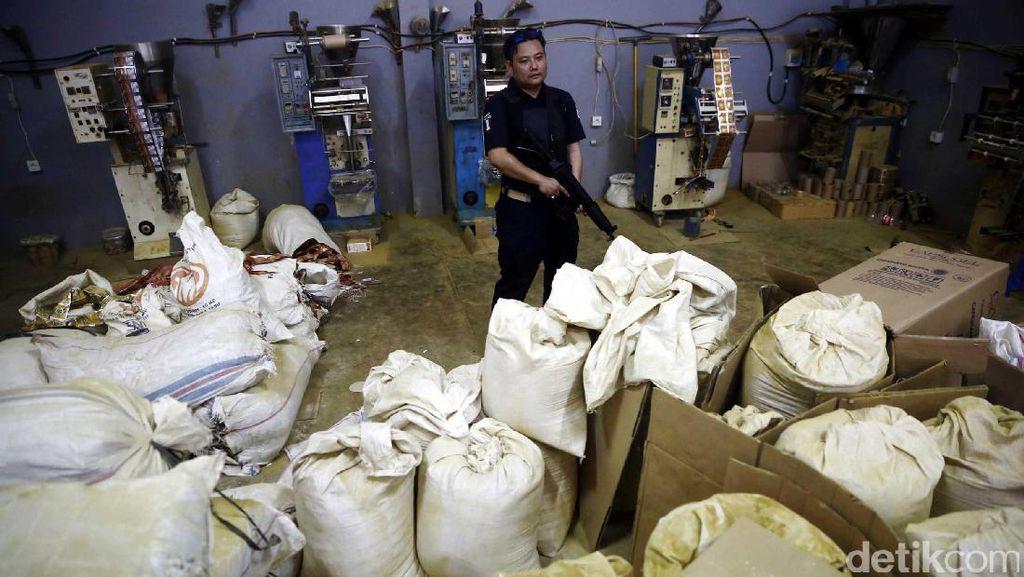Polisi Bongkar Pabrik Obat dan Jamu Ilegal di Cakung