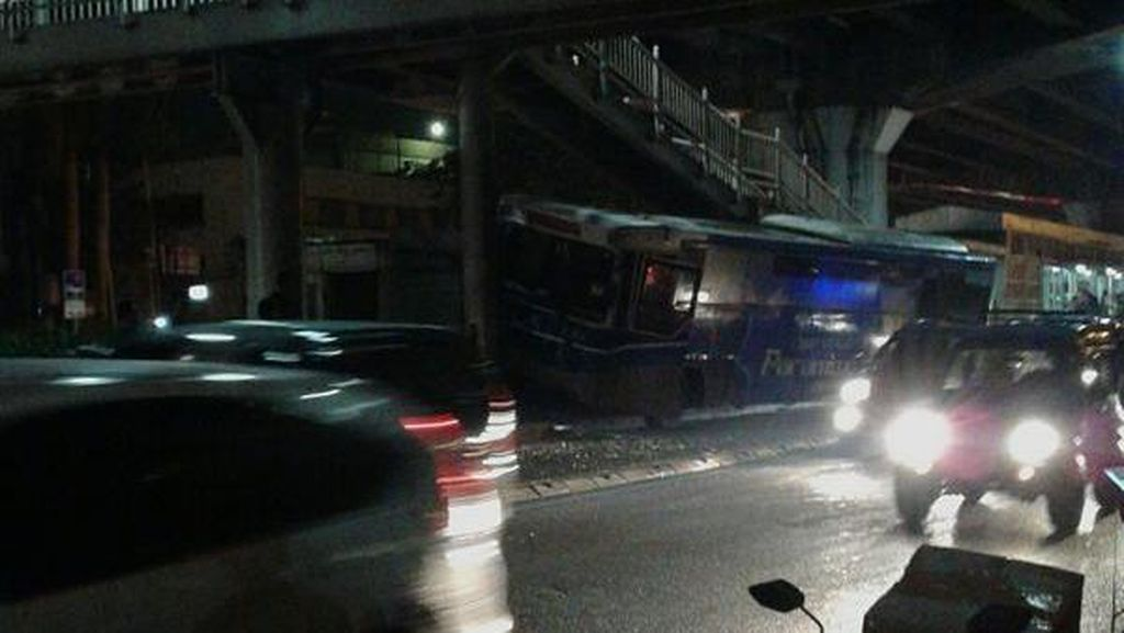 Bus Patas Tabrak Tiang di Rawamangun, Aktivitas TransJ Terganggu