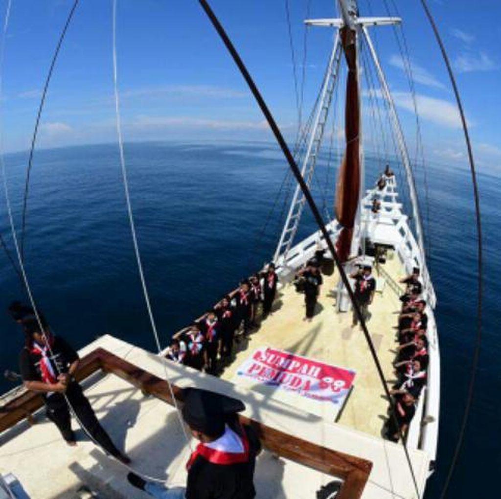 Seru Banget! Sumpah Pemuda Diperingati di Atas Kapal Phinisi