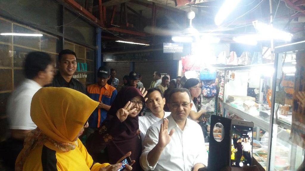 Diajak Pose 3 Jari di Pasar Tebet, Anies Baswedan Tetap Salam Bersama