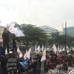 Sempat Kehujanan, Demo Karyawan Danamon Tiba di Kantor Pusat