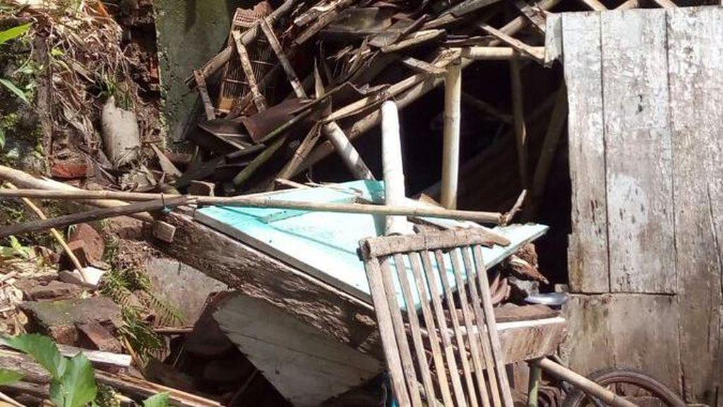 Angin Disertai Hujan Landa Temanggung, Satu Rumah Roboh
