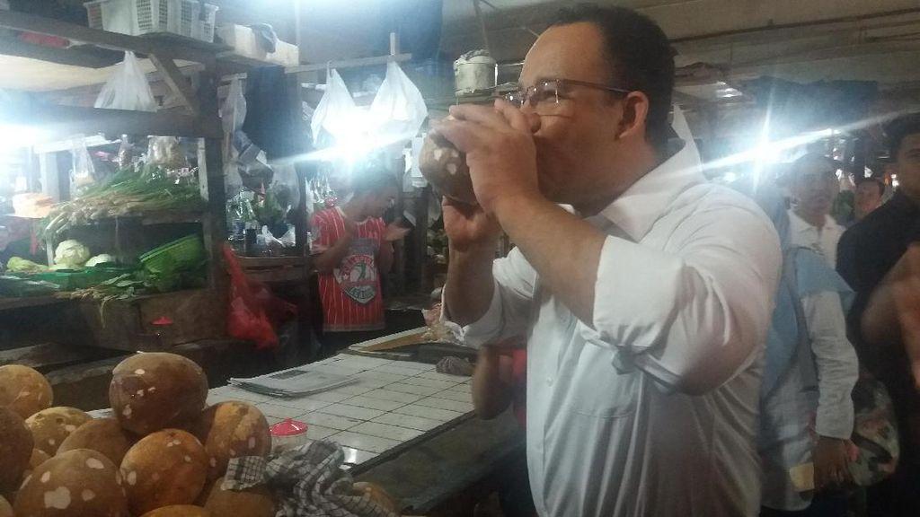 Blusukan di Pasar, Anies Dengarkan Curhat Pedagang Sambil Belanja Petai