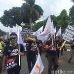 Seratusan Karyawan Danamon Demo