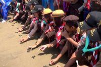 Warga Trenggalek Lepas Ribuan Anak Penyu ke Laut Bebas