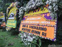 Rumah Duka Sutan Bhatoegana Bertabur Karangan Bunga