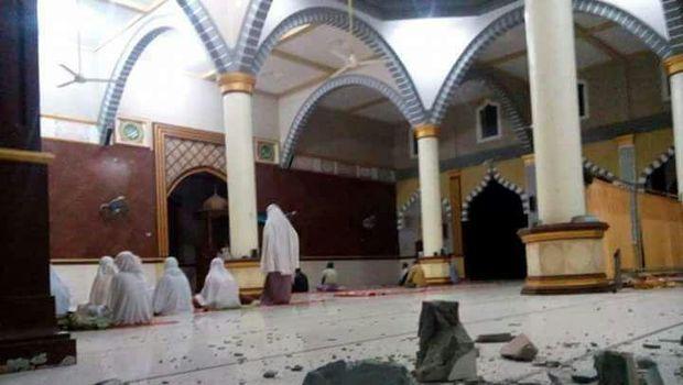 Warga khusyu menunaikan salat di masjid.