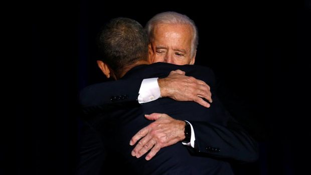 Obama memeluk Joe Biden usai pidato perpisahan