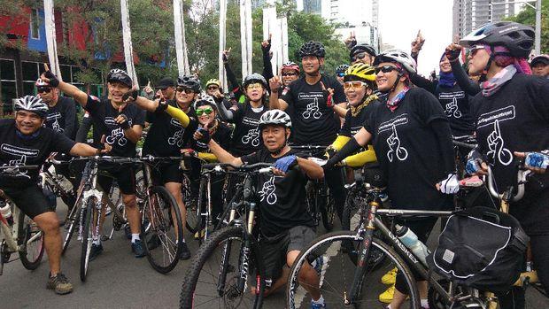 Pasangan cagub-cawagub DKI Jakarta nomor urut 1 berkeliling Jakarta Selatan bersama pendukung dan berbagai komunitas sepeda