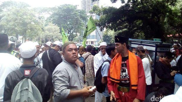 Massa FPI dan FBR Bergabung Kawal Pemeriksaan Habib Rizieq
