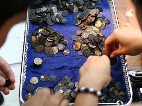 Koin-koin yang dikeluarkan dari perut Omsin