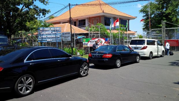 Sejumlah mobil Mercedez-Benz dan Alphard hilir mudik di area Base Ops.