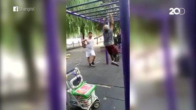Aksi Mencengangkan Nenek Bergelantungan di Taman