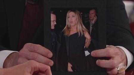 Malunya Jennifer Aniston Pakai Baju Baru yang Masih Ada Tag Harganya