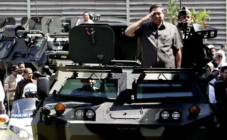 SBY Serahkan 40 Panser ke TNI