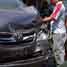 Sebuah kendaraan kijang inova dievakuasi. Lalu lintas di jalan utama Semarang-Solo itu kini macet total akibat tabrakan itu.