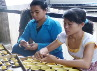 Para pekerja kemudian akan melapisi cetakan dengan adonan. Tak banyak pekerja Bu Tantri - pemilik Pie Susu - yang setiap hari membantu mengerjakan pembuatan pie ini. Jadi wajar saja jika penjualan pie susu pun terbatas dan pie susu sering cepat habis dipesan.