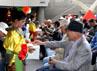 Beberapa penari mengedarkan kotak sumbangan untuk korban gempa Tohoku.(Anggraeni Widiastuti).