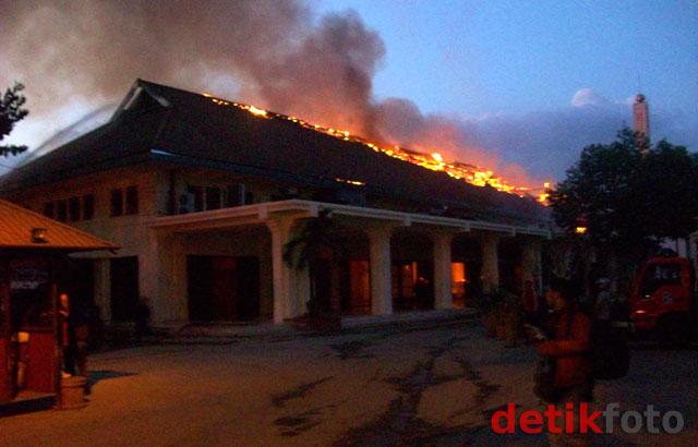 Gedung Balai Pemuda Surabaya Terbakar