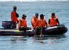 Tim SAR mencari korban kapal tenggelam. AFP/Sonny Tumbelaka.