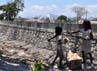 Dua bocah perempuan tengah memunguti sampah di pintu Border Montaain, Belu, Nusa Tenggara Timur.