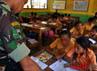 Prajurit TNI mengajar anak SD Katolik Nanaeklot, Silawan, Belu, Nusa Tenggara Timur.