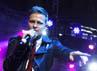 Sekitar lima buah lagu harus terlewatkan karena rusuhnya penonton yang mengakibatkan konser harus dihentikan sementara.