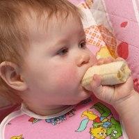 Makan Makanan Padat Lebih Dini Tidak Pengaruhi Pertumbuhan Bayi