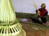 Beberapa orang membuat hiasan kembar mayang yang terbuat dari daun kepala muda/janur kuning di Magangan Kompleks Keraton Yogyakarta untuk dipasang di beberapa tempat untuk prosesi pernikahan putri bungsu Sultan HB X pada tanggal 18 Oktober 2011.