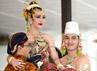 Prosesi pondhongan yakni pengantin pria KPH Yudanegara bersama paman pengantin putri GBPH Suryodiningrat memondong/mengangkat badan pengantin putri secara bersama-sama yang menandakan kerukunan keluarga besar Sultan. (Lucas Aditya).