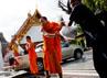 Beberapa biksu membantu membuat tanggul di tepi sungai Chao Phraya. Getty Images/Daniel Berehulak.