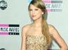 Taylor Swift berpose di depan para fotografer. Getty Images.