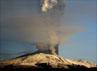 Ketinggian abu vulkanik gunung itu mencapai 5000 meter di atas permukaan laut. Reuters/Antonio Parrinello.