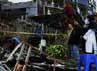 Warga menyaksikan lokasi bus Karunia Bakti yang menabrak 8 kendaraan bermotor, warung bakso dan villa tersebut. Fikri Hidayat/detikcom.