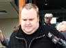 Pendiri Megaupload Kim Dotcom keluar ruang pengadilan setelah bebas dengan jaminan, Rabu (22/2). AFP/Michael Bradley.