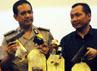Kepala Bidang Humas Polda Metro Jaya Kombes Rikwanto (tengah) menunjukkan barang bukti senjata api yang disita dari para pelaku.