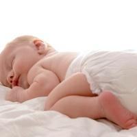 Benarkah Popok Sekali Pakai Bikin Kaki Bayi Berbentuk O?