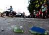 Batu-batu yang digunakan warga untuk melempari Metro Mini 75 berserakan di tengah jalan.