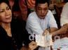 Aktivis dan penggiat HAM Ratna Sarumpet menggelar jumpa pers di kantor Komnas HAM, Jakarta, Selasa (3/4/2012).
