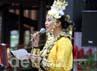 MC Lindsay Grace Pronk, Miss Universe Nederland 2004 berdarah campuran Indonesia-Belanda (Indo), menekankan persahabatan Indonesia-Belanda tak terpisahkan seperti darah dalam tubuhnya.
