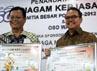 Pihak OSO Water yang diwakili oleh Sabar Martin Sirait (kiri), bersama Gubernur Riau Rusli Zainal (kanan), memperlihatkan penandatangan kerjasama OSO Water sebagai air minum mineral resmi PON XVIII Riau. (Martin)