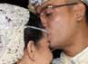 Resmi menjadi suami-isteri, Rani mendapat kecupan hangat di kening.(Herianto Batubara/detikcom)