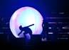 Hyun Joong muncul dari sebuah bola raksasa di tengah panggung. (Dok. Running Into The Sun)