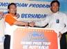 Executive Vice President Funding Division PT Bank Rakyat Indonesia (Persero) Tbk Widodo Januarso menyerahkan secara simbolik hadiah kepada Senior Manager Consumer Bank BRI Kanwil Jakarta II Bisma Arsyad yang mewakili pemenang undian. (Humas BRI).