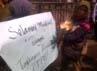 Dalam aksinya, para guru membawa bunga dan poster bertuliskan Selamat Menikmati Bunga Tunjangan Profesi Guru. Oris Riswan Budiana/detikBandung.