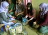Sejumlah warga datang menemui tina untuk berobat. Mereka berasal warga sekitar dan luar daerah. Baban Gandapurnama/detikBandung.