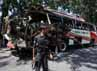 Seorang polisi berjaga di sekitar bus. Insiden ini merupakan salah satu serangan mematikan yang terjadi di daerah Peshawar, yang dikenal sebagai lokasi favorit militan. Reuters/Fayaz Aziz.
